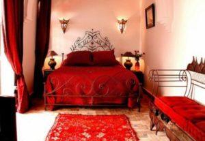 решения для стен при оформлении спальни в красных тонах