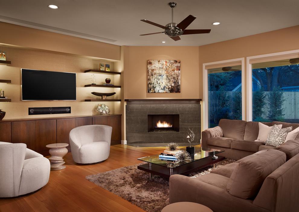 Камин и телевизор в интерьере гостиной.