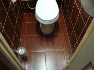 Как класть плитку в туалете на пол
