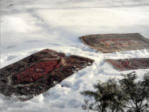 как почистить ковёр снегом