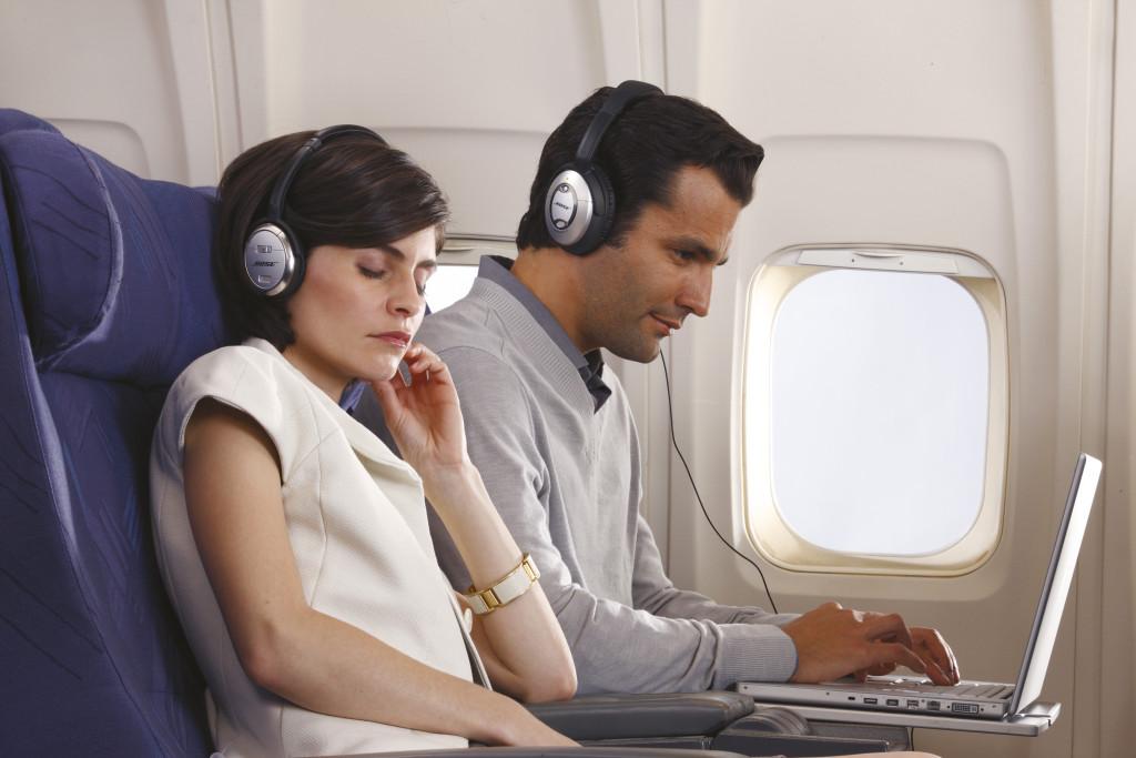 можно ли в самолете пользоваться блютуз наушниками
