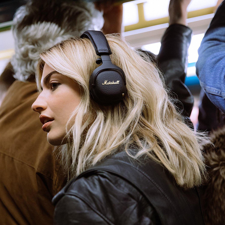 Прослушивание музыки в наушниках в транспорте.