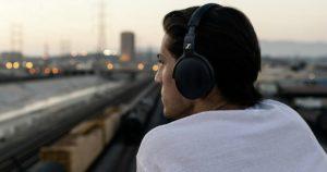 прослушивание музыки в наушниках.
