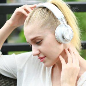 Прослушивание музыки через наушники.