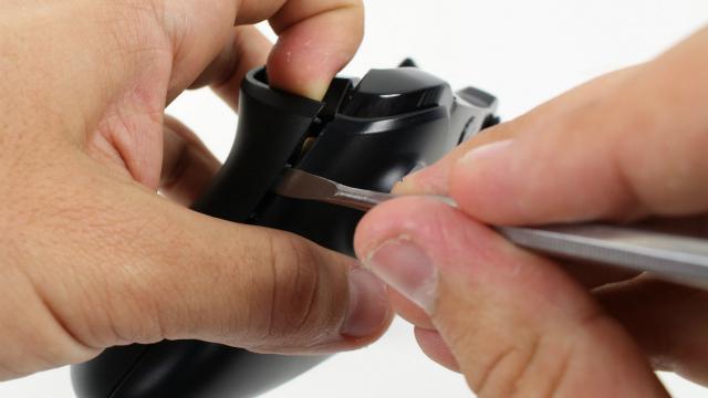 Снятие боковин у геймпада.