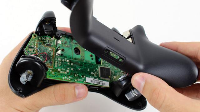 Отсоединяем заднюю панель геймпада.