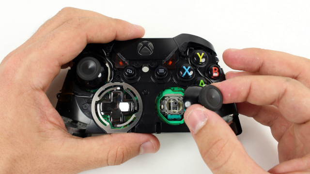 Снимаем переднюю заглушку во внешней части геймпада.