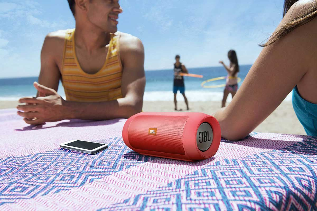 Колонка для телефона на пляже.