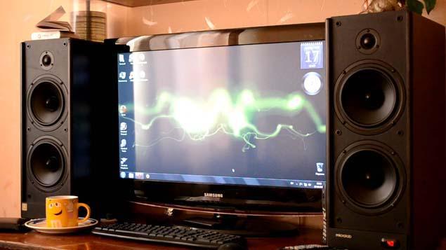 Две колонки возле компьютера.