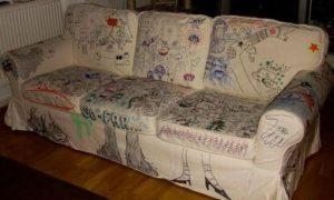 диван разрисован фломастерами