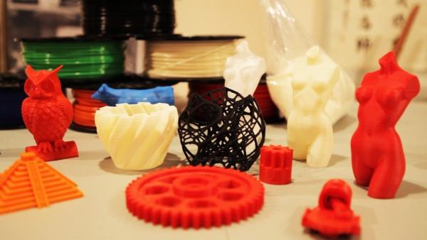 3D изделия разных форм и цветов.