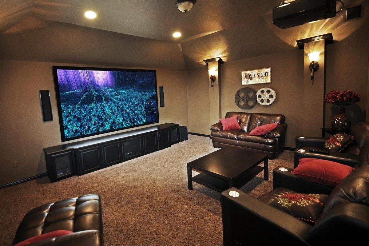 Вариант расположения мебели и элементов домашнего кинотеатра.