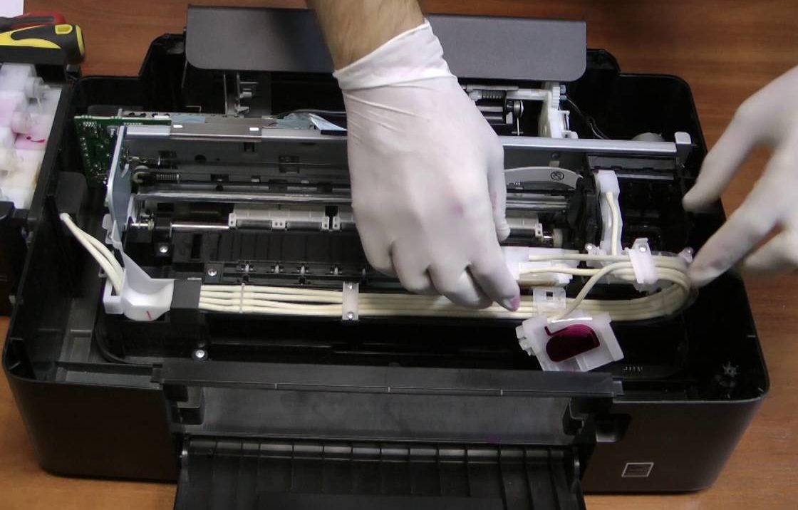 Проверка внутренних деталей принтера.