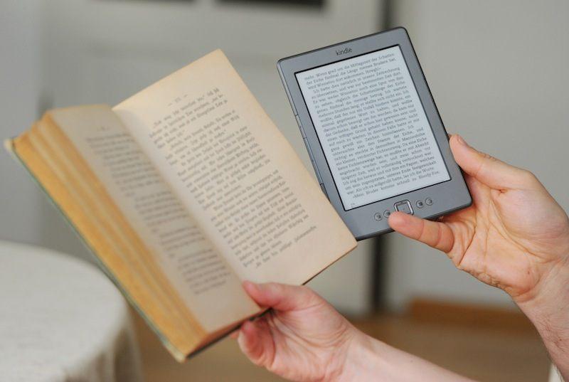 Чтение бумажной и электронной книги.