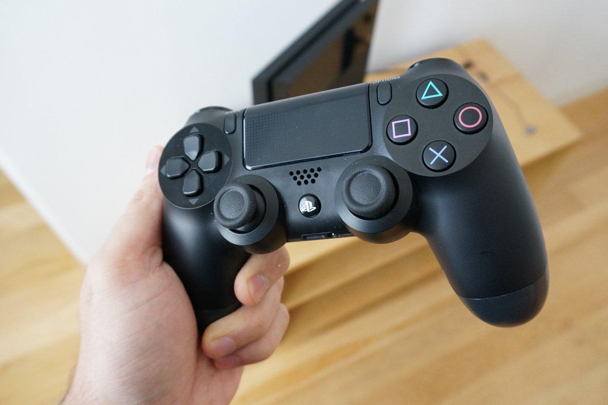 Контроллер PS4.