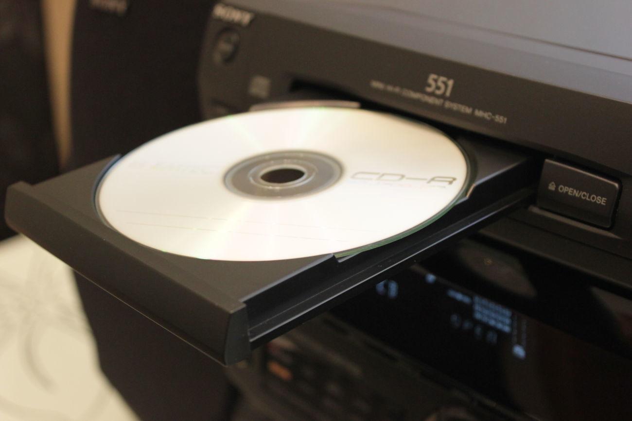 Диск в дисководе музыкального центра.