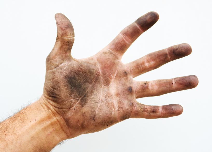 Рука, испачканная в чернилах от принтера.