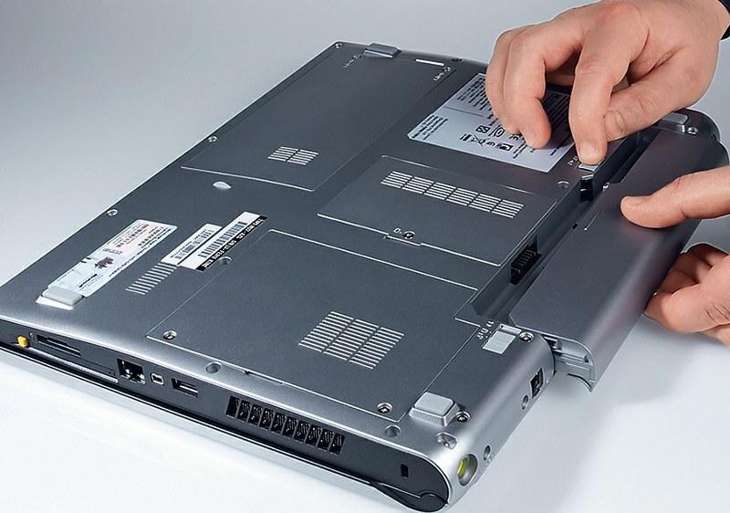 достать батарею из ноутбука