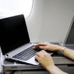 Ноутбук в салоне самолёта.