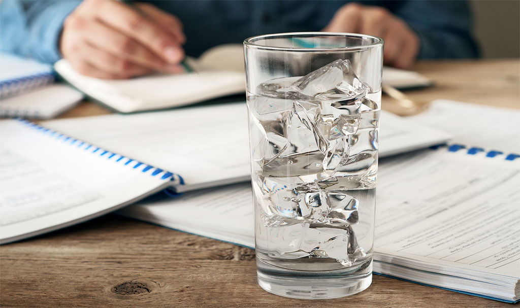 зачем на рабочем столе стакан с водой