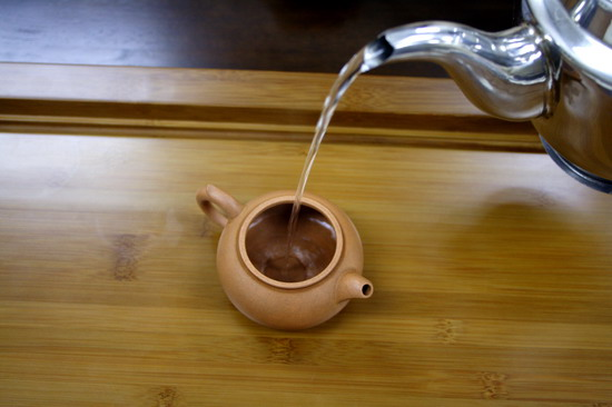 почему чайник нужно обдать кипятком