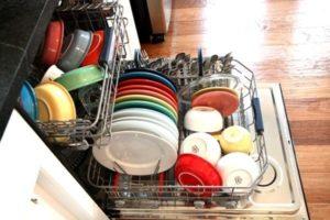 Посуда в посудомоечной машине.