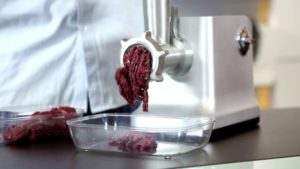 Почему в мясорубке чернеет мясо