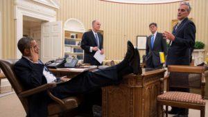 Обама закинул ноги на стол
