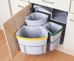 Несколько мусорных вёдер на кухне.