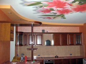 Натяжной потолок на кухне: за и против