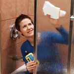 Как отмыть душевую кабину от мыльных разводов и известкового налёта