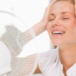 Женщина у вентилятора.