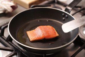 Сковорода на плите.
