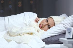 Человек спит в одежде.
