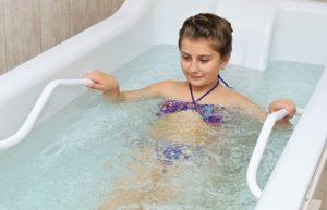 Ребёнок в жемчужной ванне.