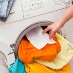 Зачем в стиральную машину кладут влажную салфетку