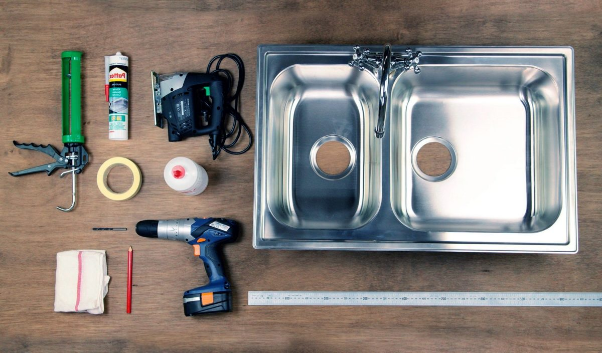 Подготовка к установке раковины на кухне.