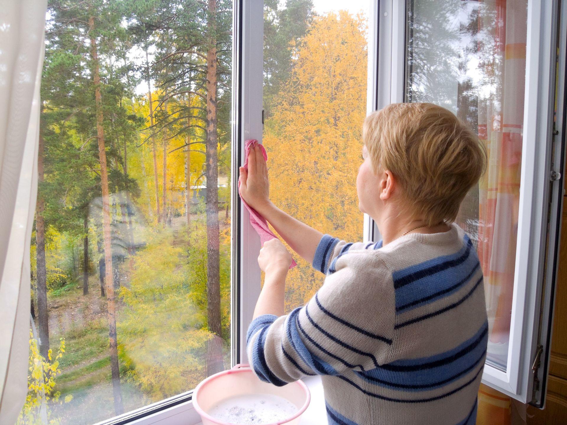 Надо ли мыть окна осенью