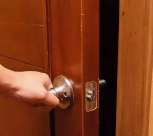 Что делать, если двери перестали плотно закрываться