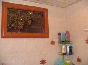 Как оформить окно между ванной и кухней