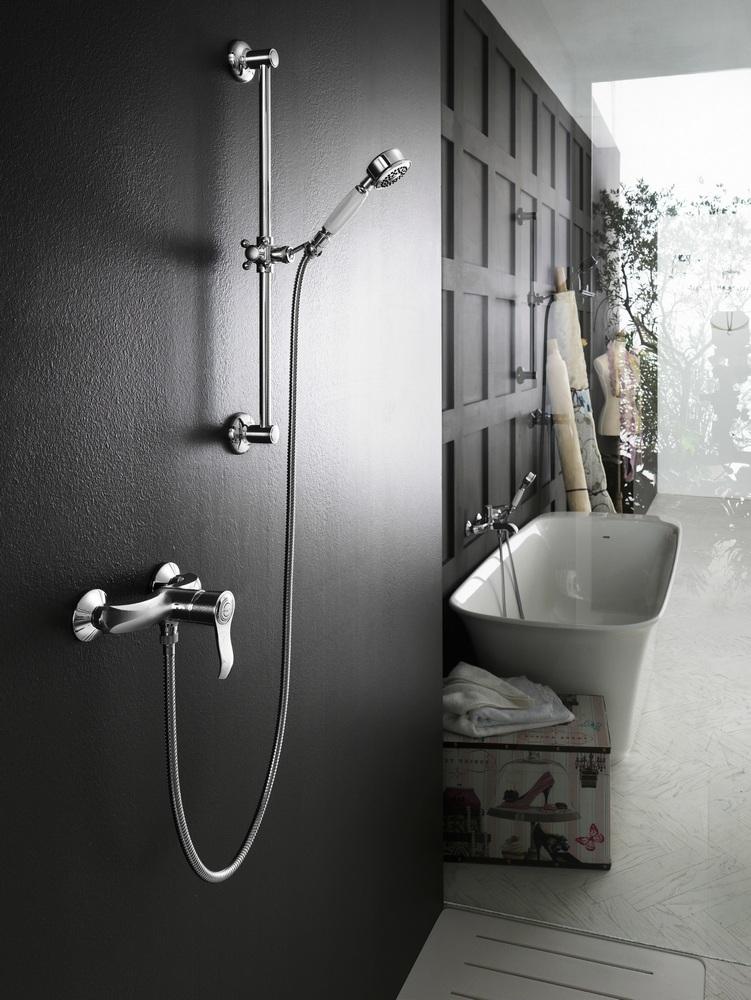 Два смесителя в ванной.