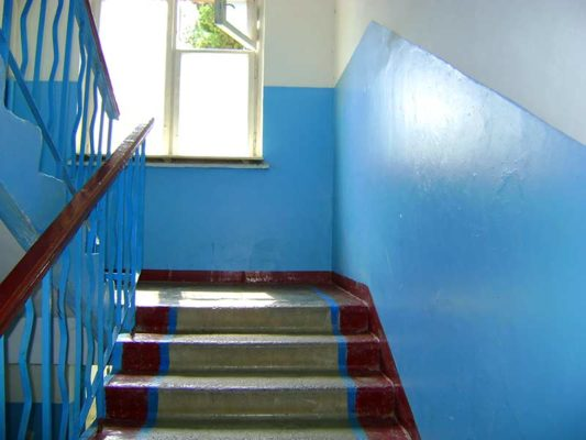 Зачем в подъездах красят края ступенек?