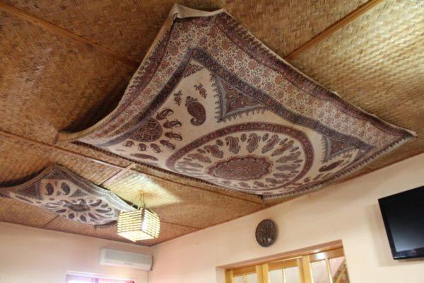 Ковёр на потолке — безумство или стиль