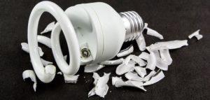 Разбитая энергосберегающая лампа.