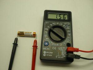 Измерение напряжения в батарейке.