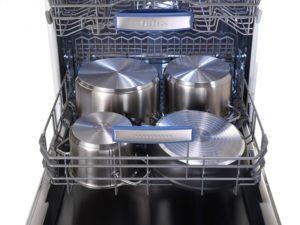 Кастрюли в посудомоечной машине.