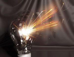 Лампочка взрывается.