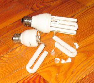 Разбитая энергосберегающая лампочка.