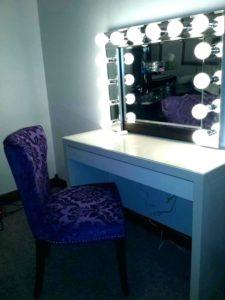 Готовое зеркало с лампочками.