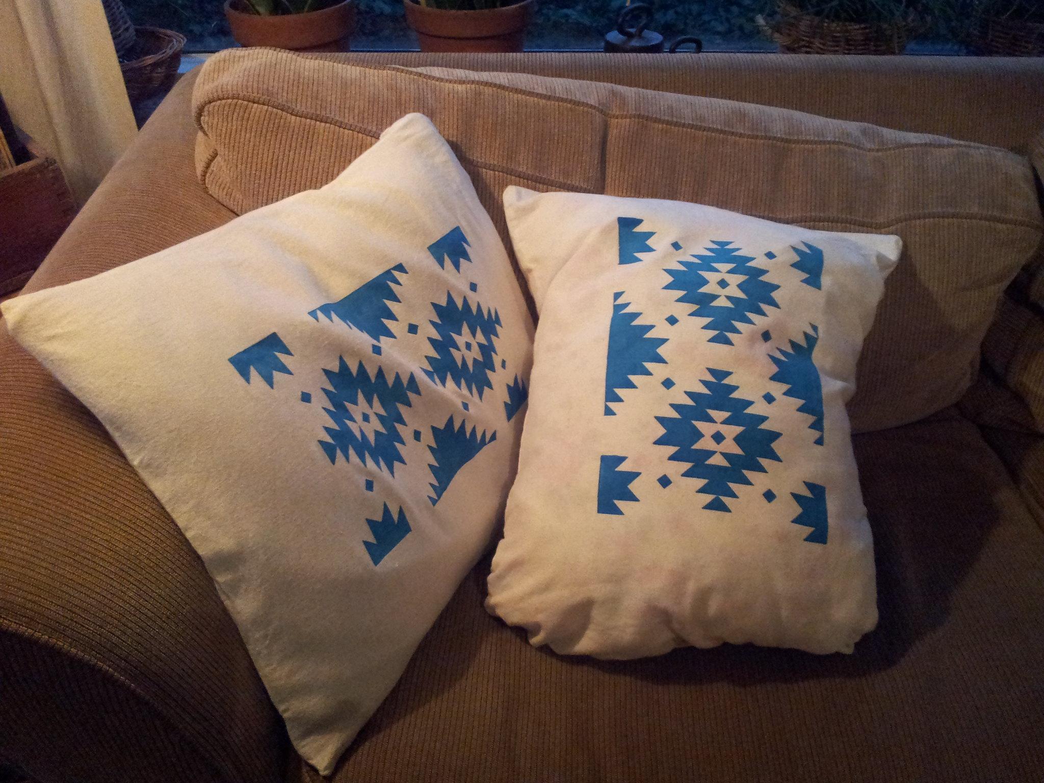 Разрисованные синей краской подушки